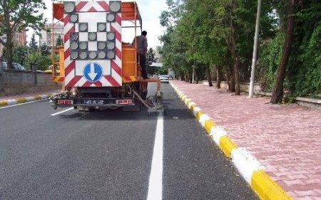 Adıyaman'da yenilenen yollara şerit çizgisi çalışması