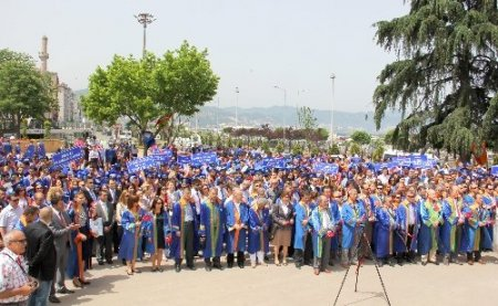 Akademisyen ve öğrenciler mezuniyeti yürüyerek kutladı