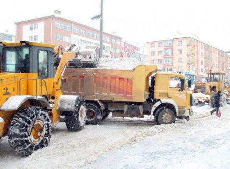 Akdağmadeni'nde kar temizleme çalışmaları devam ediyor