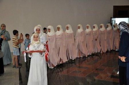 Alanya'da bayan hafızlara taç, erkeklere cübbe giydirildi