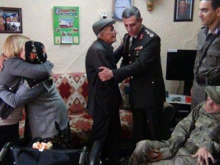 Albay Yalçınkaya, makam aracıyla götürdüğü sandalyeyi engelliye hediye etti