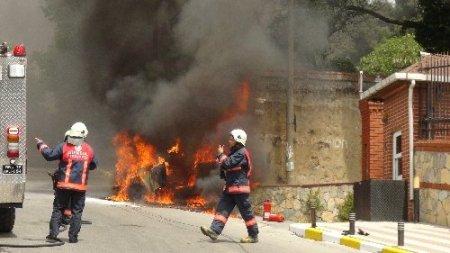 Alev alev yanan otomobilin önünde 'kaput' tartışması