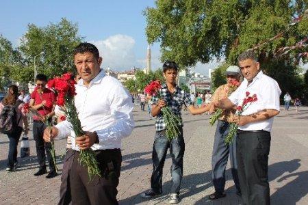 Alperen Ocakları Güllerin Efendisi adına bin karanfil dağıttı