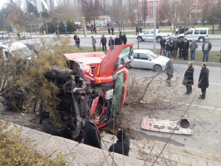 Aşırı hızlı kamyon ağaçlara çarparak durabildi