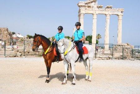 Atlı jandarmalar Side'de Apollon Tapınağı önünde görevine başladı