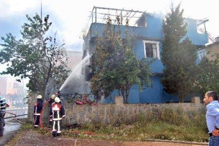 Bahçede ateşle oynayan çocuklar evi yaktı (Özel)