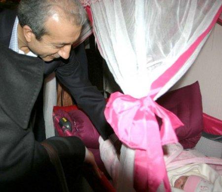 Bakan Eker, şehit askerin bebeğine altın taktı