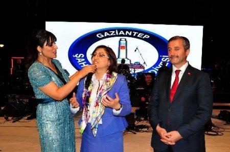 Bakan Fatma Şahin, türkü söyleyip halay çekti