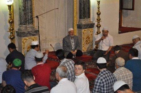 Balıkesir'de vatandaşlar Miraç gecesinde camilere akın etti