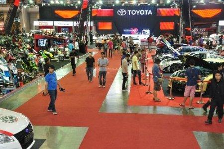 Bangkok araba fuarına, otomobil tutkunları akın etti