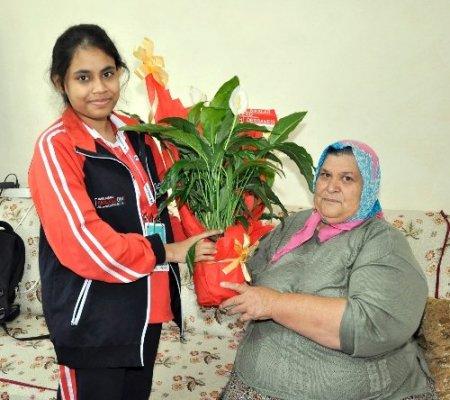 Bangladeşli öğrenci öğretmeninin ailesini ziyaret etti