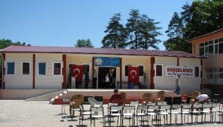 Bartınlı hayırsever babası adına okula salon yaptırdı