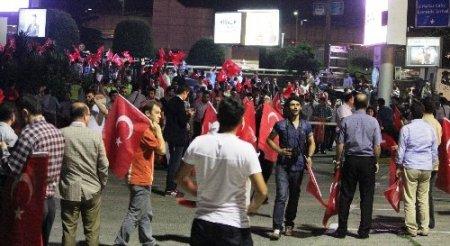 Başbakanı karşılamak isteyenler Atatürk Hava Limanı'na geldi