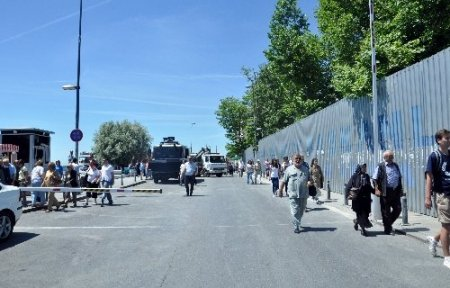 Başbakanlık ofisi önündeki yol araçlara kapatıldı