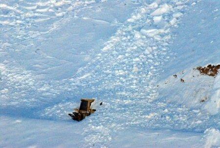 Başkale'de çığın altında kalan greyder kurtarılamadı