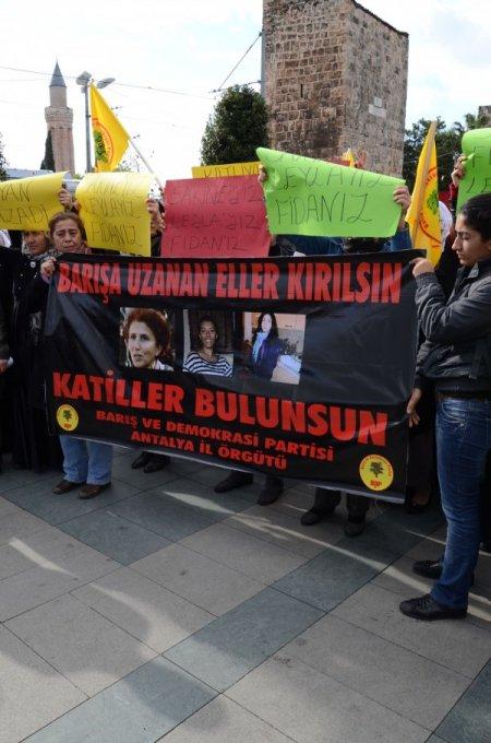 BDP Antalya İl Teşkilatı üyeleri, Paris'te öldürülenler için yürüdü
