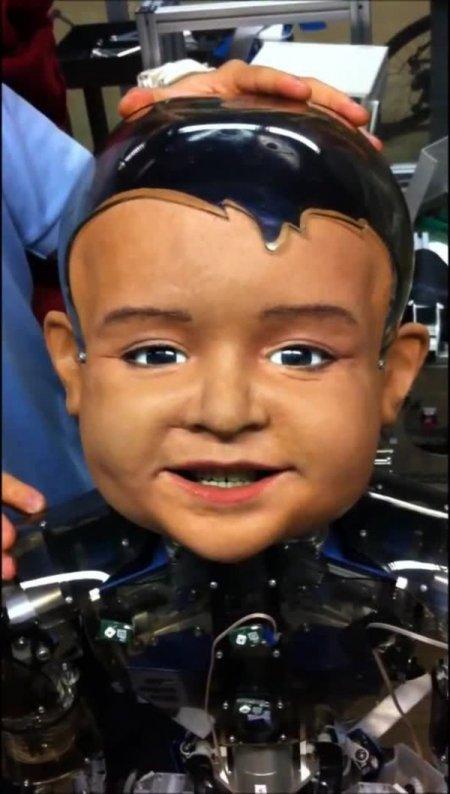 Bebek robot 'Diego San' gerçek bir çocuktan farksız