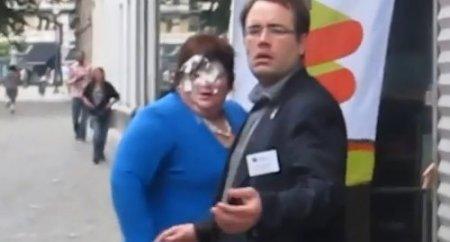 Belçika'da devlet bakanının yüzüne pasta yapıştırdılar