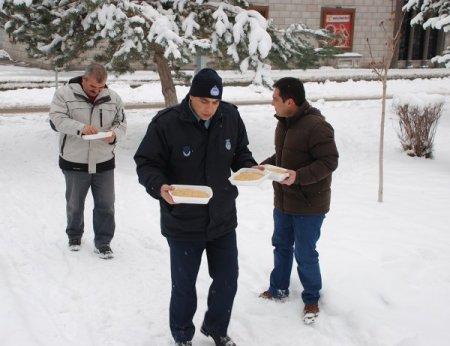 Belediye, kuşlar için parklara yem bıraktı