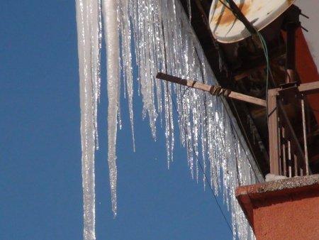 Bitlis'te 3 metrelik buz sarkıtları oluştu