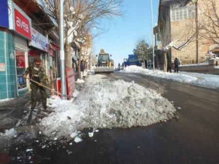 Bor 'da cadde ve sokaklardaki kar ve buzlar temizleniyor
