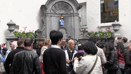 Brüksel'in maskotu 'Çiş Yapan Çocuk'tan bu sefer süt aktı