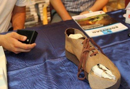Bu ayakkabı, uzaktan kumandayla ayakları tedavi ediyor