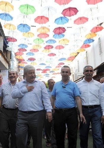 Bu caddeyi şemsiyeler gölgeliyor