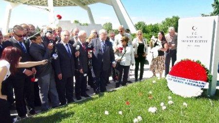 Bülent Ecevit'in doğum yıl dönümü mezarı başında kutlandı