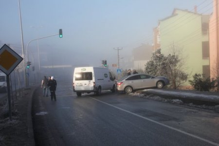 Buzlanan yollarda araçlar birbirine girdi, 2 araç dere yatağına uçtu: 4 yaralı