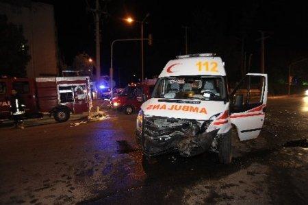 Çanakkale'de ambulans otomobile çarptı: 4 yaralı