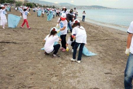 Çevreci minikler Atakum sahilini temizledi