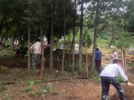 CHP'liler mezarlık temizledi