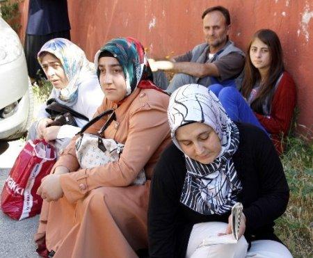 Çocuklar sınavda, aileleri bahçede terledi