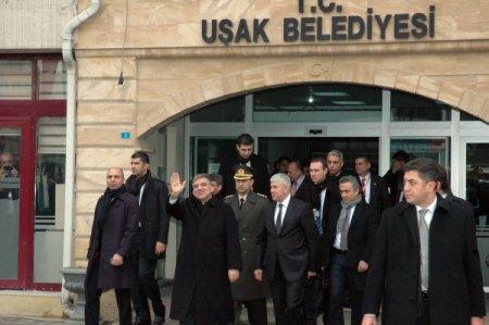 Cumhurbaşkanı Gül, Uşak Belediyesi'nde güllerle karşılandı