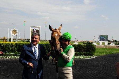 Cumhurbaşkanı Gül'e Türkmenistan'da at hediye edildi