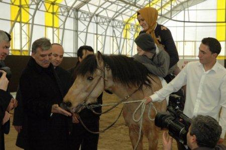 Cumhurbaşkanı GülUşak'ta cirit attı, ata şeker verdi