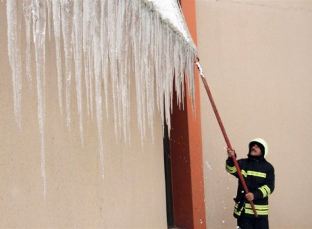 Dev buz sarkıtları itfaiye ekipleri tarafından temizleniyor