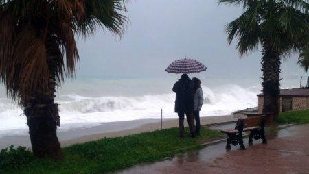 Dev dalgalar Antalya'da seyrine doyum olmayan manzaralar oluşturdu