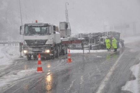 Devrilen kamyon İstanbul istikametini 2 saat kapattı