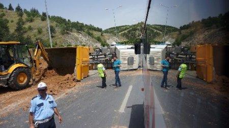 Devrilen kum yüklü kamyon trafiği kilitledi