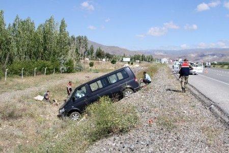 Düğüne giden minibüs Erzincan'da şarampole uçtu: 11 yaralı