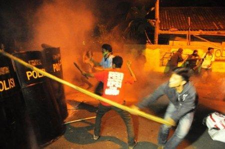 Endonezya'da indirimli benzine zam gösterileri dinmiyor
