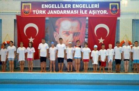 Engelli yüzücüler yarıştı