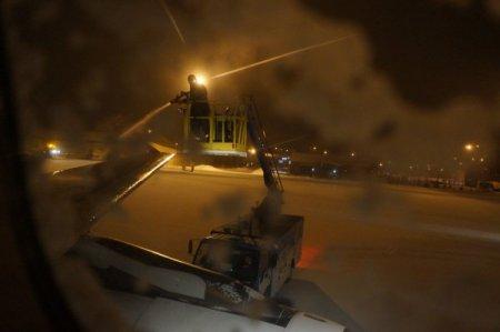 Erzurum'da donmaya karşı, uçak ve pist yüzeyi alkolle yıkanıyor