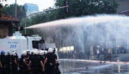 Eylemciler Başbakanlık ofisine girmeye çalıştı