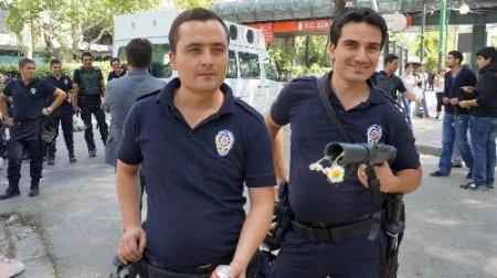Eylemciler polise kandil simidi dağıtıp, hatıra fotoğrafı çektirdi