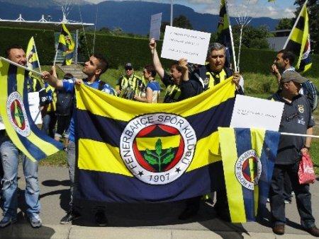 Fenerbahçeli taraftarlar UEFA binası önünde toplandı