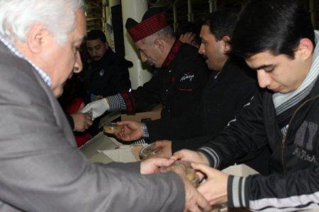 Feshane'de vatandaşlara aşure dağıtıldı