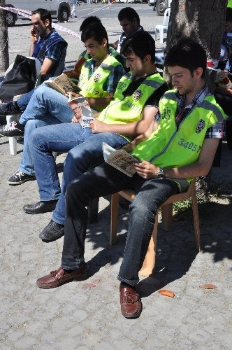 'Gezi' nöbetindeki polise kitap terapisi